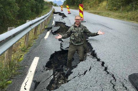 FORBAUSET: - Hvor lenge skal veien være slik, undrer Tom Willeng Strøm som hoppet ned i hullet for å vise hvor dypt det er.