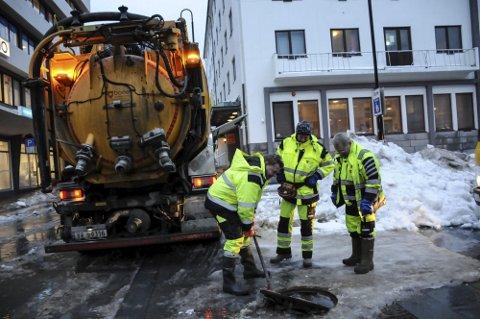 Ansatte ved Teknisk avdeling i Bodø kommune jobber nå på spreng for å frigjøre sluk og kummer før mildværet kommer.
