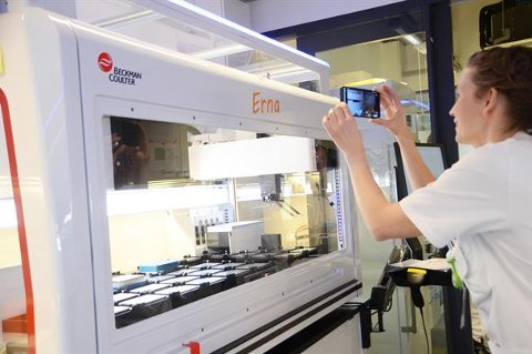 Nye maskiner: Totalt tre nye maskiner for å analysere koronaprøver er kommet til sykehuset siden i høst. Onsdag var det markering for å gi maskinene navn.