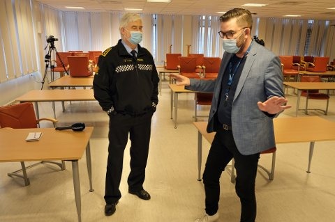 NOK ER NOK: Senja kommune, her ved rådmann Hogne Eidissen (t.h.), anmelder brudd på smittevernreglene til Finnsnes-lensmann Arnold Nilsen.