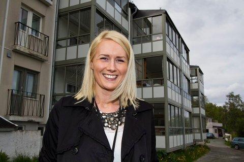 Sanna Mikaelsen og Hepro deler ut bunnbind til Saltdals befolkning.