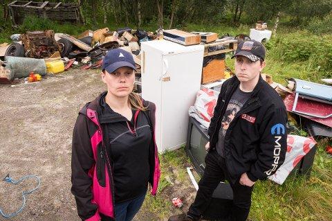 Edel Katrin Gjerde og Ole Johan Pedersen fant gårdsplassen fylt av bildeler, hvitevarer og avfall.
