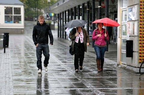 Mer regn: Det er bare å ha framme paraplyen, for nå kommer det trolig mer regn.