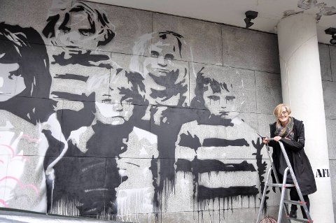 – Det er fantastisk, synes prorektor Anne Lise Fimreite, som avduket kunstverket.