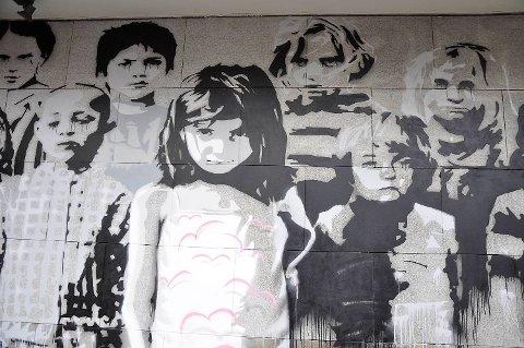 Gatekunstverket «No Lost Generation» på Psykologisk fakultet i Lars Hilles gate setter fokus på syriske barns situasjon., og er en del av Psychaids innsamlingsaksjon.