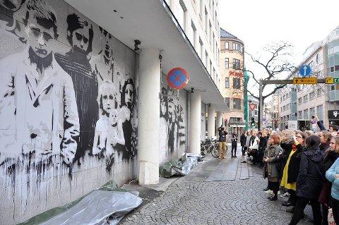 Mange hadde møtt frem for å få med seg avdukingen av gatekunstveggen.