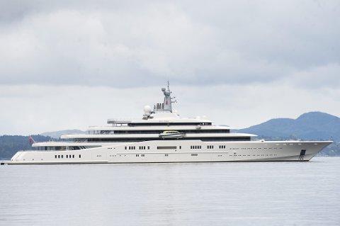 Superyachten til Roman Abramovich, «Eclipse», er nest størst i verden. Tirsdag lå yachten ved Kristianholm.