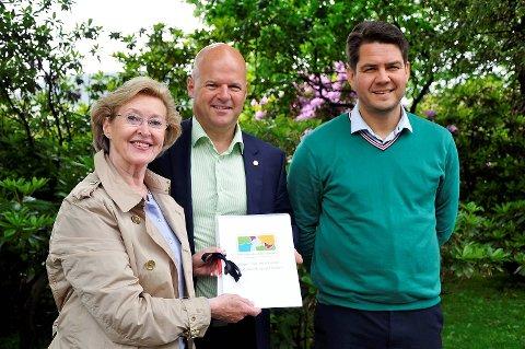 Kulturbyråd Helge Stormoen, styreleder Inger-Lise Skarstein og daglig leder Geir Eikenes i Amatørkulturrådet. 29. juni ble Amatørkulturrådet tildelt 75.000 kroner.
