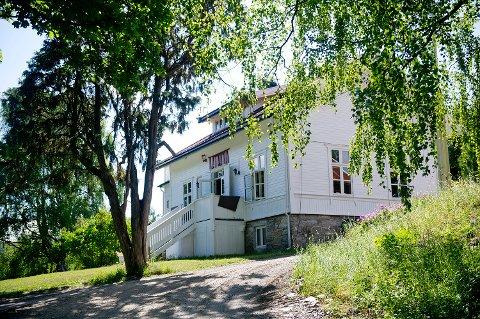 Hovedbygningen på Utøya torsdag ettermiddag. Det er seks dager til fireårsmarkeringen for terrorangrepene mot AUF-leiren på øya 22. juli 2011.