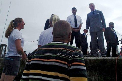 Prince Charles tar en prat med mannskapet på S/Y LEA.