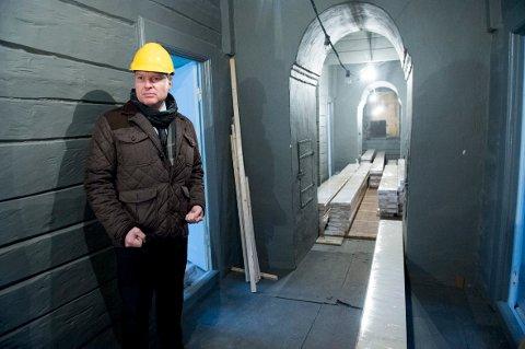 Kjetil Smørås følger arbeidet tett. I april skal praktvillaen åpnes for publikum.