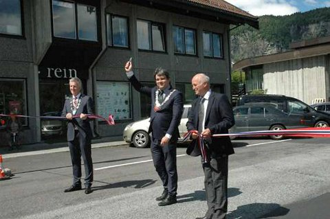 Kvam-ordfører Asbjørn Tolo (t.v.), fylkesordfører Tom-Christer Nilsen og avdelingsdirektør Olav Finne erklærer Fv. 49 Vikøy-Norheimsund for åpnet.