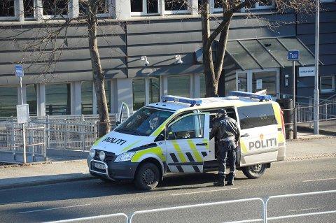 Politiet sto parkert ved Strax-huset da mannen gikk til aksjon. Den knuste ruten kan ikke sees på bildet.