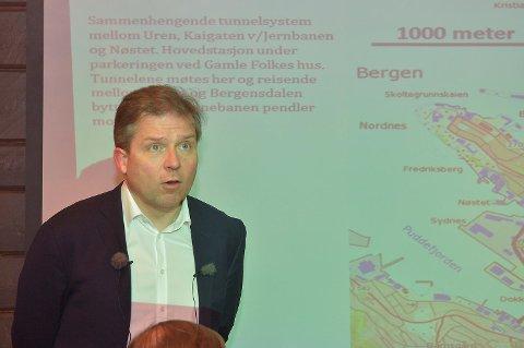 Høyres gruppeleder Martin Smith-Sivertsen under mandagens pressekonferanse på Det Hanseatiske Hotell.