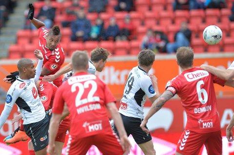 Ingen var sterkere enn Bismar Acosta i feltet foran Sogndals mål. 1-0 til Brann etter 24. minutter.