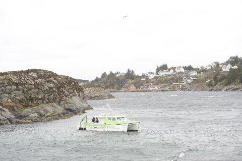 Dykkere jobbet på ulykkesstedet mandag, men dårlig vær vanskeliggjorde arbeidet.