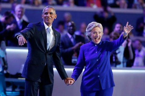 President Barack Obama på scenen sammen med Hillary Clinton etter Obamas tale til landsmøtet sent onsdag kveld. Foto: Lucy Nicholson / Reuters / NTB scanpix