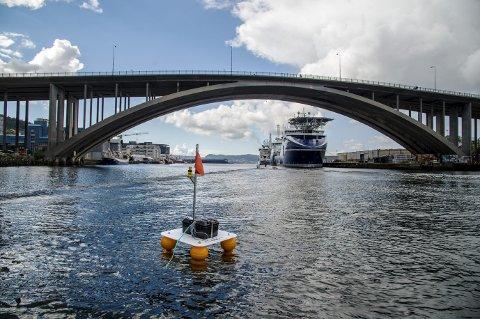 Flere slike målestasjoner er utplassert på ulike steder i Puddefjorden. De måler vannkvaliteten og skal vise forskjellen fra før og etter tildekking av den sterkt forurensede havbunnen. Foto: Eirik Hagesæter
