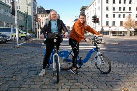 Venninnene Marthe Herdlevær (22) og Therese Øvretveit (23) har sesongkort på bysyklene. Neste fredag er det slutt.