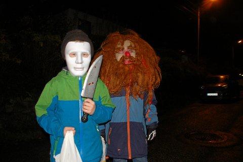 Hallowen-feriring tirsdag 31. oktober. Barn og voksne går knask eller knep i Smiberget borettslag.
