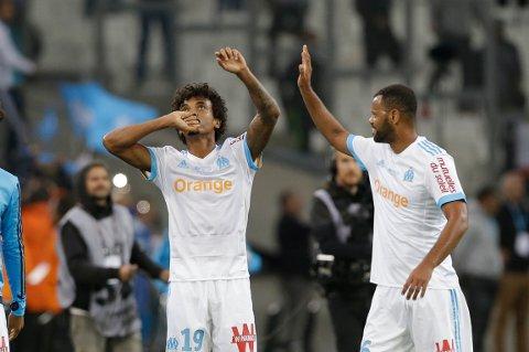 Marseille og Luiz Gustavo Dias jubler sammen med Jorge Pires da Fonseca Rolando etter å ha scoret mot Paris Saint-Germain. Torsdag tror vår oddstipper det kan bli mer Marseille-jubel.