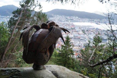 Slik så engelskulpturen ut kort tid etter at den ble boltret fast i steinen med utsikt over byen.