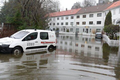 Det ble mye vann på veiene da det bøttet ned. Bildet er fra Lonevegen på Nesttun.