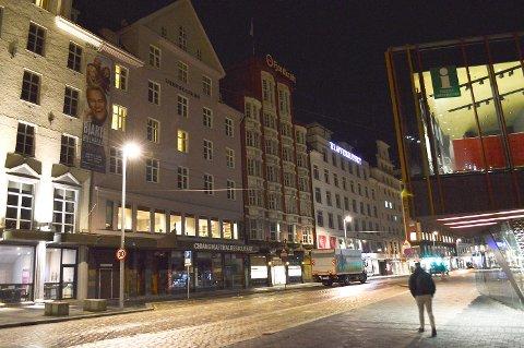 En mann gikk til angrep på flere personer og slo minst en person ved en restaurant på Strandkaien. Arkivfoto: Tom Hjertholm.