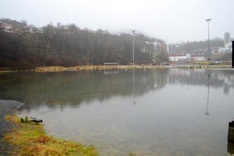 Grusbanene på Slettebakken sto onsdag under vann. – Det er ikke uvanlig at dette skjer, og normalt sett iverksetter vi ikke tiltak, forteller Torbjørn Iversen, leder for Idrettsservice i Bergen kommune.
