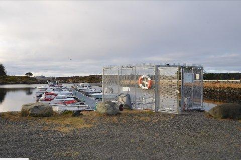Tyvene slo til i denne båthavnen på Manger natt til fredag.