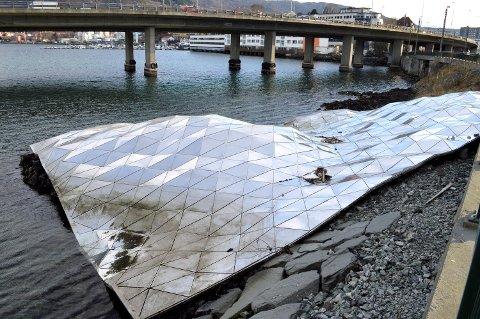 Bergensavisen har flere ganger tidligere omtalt at kunstverket har vært overgrodd elller vært ødelagt. Dette bildet ble tatt i 2014.