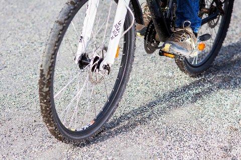 Strøgrusen som skal sikre trafikantene på glatta, virker snarere motsatt for syklistene når våren kommer.