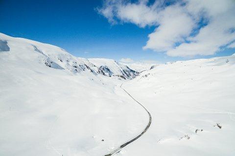 Vegvesenet er nå i full gang med å brøyte fylkesvei 55 over Sognefjellet. I spektakulære omgivelser rundt turiststasjonen Krossbu jobber fresen seg sakte gjennom de enorme snømassene. Jobben tar rundt to uker.