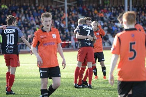 Brann-spillerne feirer nok et mål mot Austevoll i første runde av cupen. Bergenserne vant 7-0.