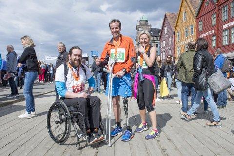 Jon-Einar Sand og Ole Bjarte Austevoll har hver sin funksjonshemming, men det stoppet ikke dem under Bergen City Marathon. Til høyre, Austevolls kollega Anne Katrine Bjånesøy.