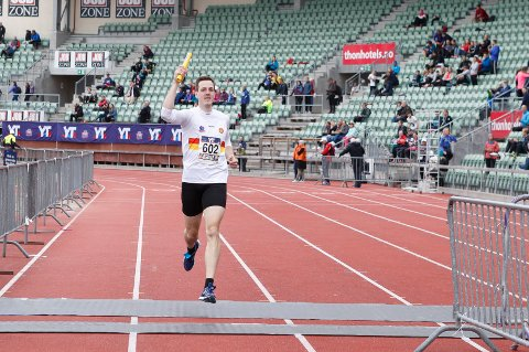 Torbjørn Lysne løper inn til en førsteplass for Gular i Holmenkollstafetten. Stafetten startet på Bislett stadion og avsluttet på samme sted etter en nesten 20km lang runde rundt i Oslo. Foto: Torstein Bøe / NTB scanpix