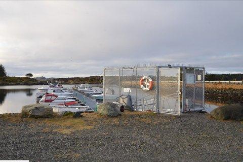 Flere av motorene ble sjålet fra denne båthavnen i Toskavegen på Radøy, 16. og 17. februar i år.