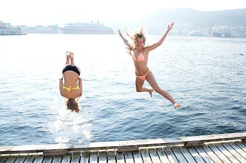 Sophie H. Olsen (25) og Stine Myrvold (24) badet på Verftet i på sensommeren i fjor. Også i dag melder meteorologen om en fin og varm dag.