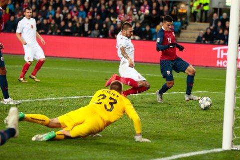Mohamed Elyounoussi scorer Norges vinnermål mot Bulgaria på Ullevaal tirsdag. Foto: Lise Åserud / NTB scanpix