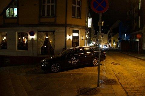 Sjåføren av denne taxien parkerte slik i Vaskerelven tirsdag kveld. Deretter gikk han ut av bilen og inn på restauranten like ved.