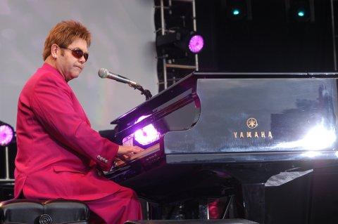 Elton John holdt den første storkonserten på Koengen i 2003, i rosa dress.