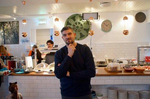 Leo Ajkic er klar for å være programleder og sende fra Krohnhagen kafè og veksthus.