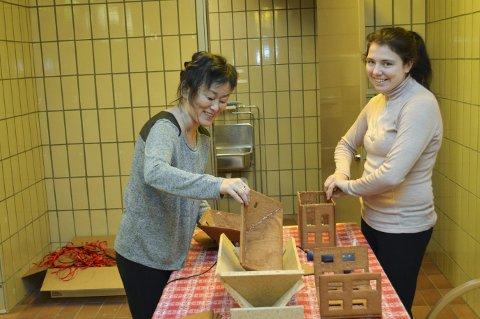 Kikki Hellesø (t.v.) og Helene Nødtvedt Karlsen er allerede i full sving med å lime pepperkakehus som skal selges og pyntes på pyntesøndagen. Det er disse to som fra i morgen kl. 0900 tar imot byggverk. (Foto: TOM R. HJERTHOLM)