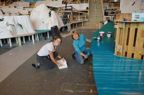 Pepperkakebyarkitekt Kjersti har fått hjelp fra datter og lærerstudent Nora (t.v.) med å bygge opp årets utgave av Pepperkakebyen. (Foto: TOM R. HJERTHOLM)