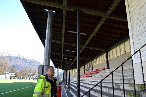 Allerede i fjor bestemte Tom Birkeland at noe måtte gjøres med tribunetaket og stålkonstruksjonene. (Foto: TOM R. HJERTHOLM)