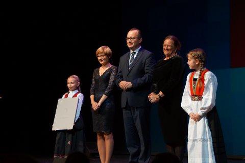Adam Bodnar (i midten) mottok Raftoprisen for 2018 på DNS søndag kveld. Til høyre for Bodnar står Lise Rakner, leder for Raftostiftelsens priskomite.