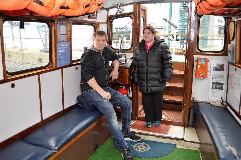 Trond Breidmyr (driftsjef) og Linda Holmedal (eier og skipper) sliter med å få økonomien til å gå rundt.