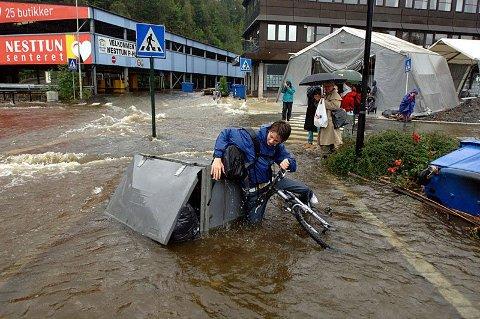 Slik var situasjonen på Nesttun i november 2005. Flommen den gang kom som følge av store nedbørsmengder.