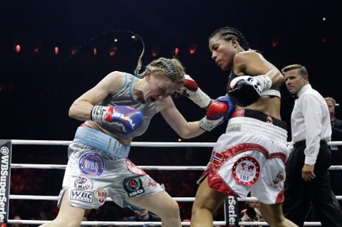 Cecilia Brækhus (t.h.) hadde ikke store problemer mot russiske Inna Sagajdakovskaja lørdag kveld, selv om kampen ble noe jevnere enn forventet.