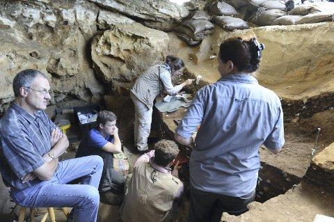 Treg prosess: Arbeidet er nøysomt, men svært produktivt, forteller Christophet Henshilwood. Her i hulen i Sør-Afrika sammen med en del av forskerteamet sitt i Blombos-grotten i Sør-Afrika. Foto: Ole Frederik Unhammer